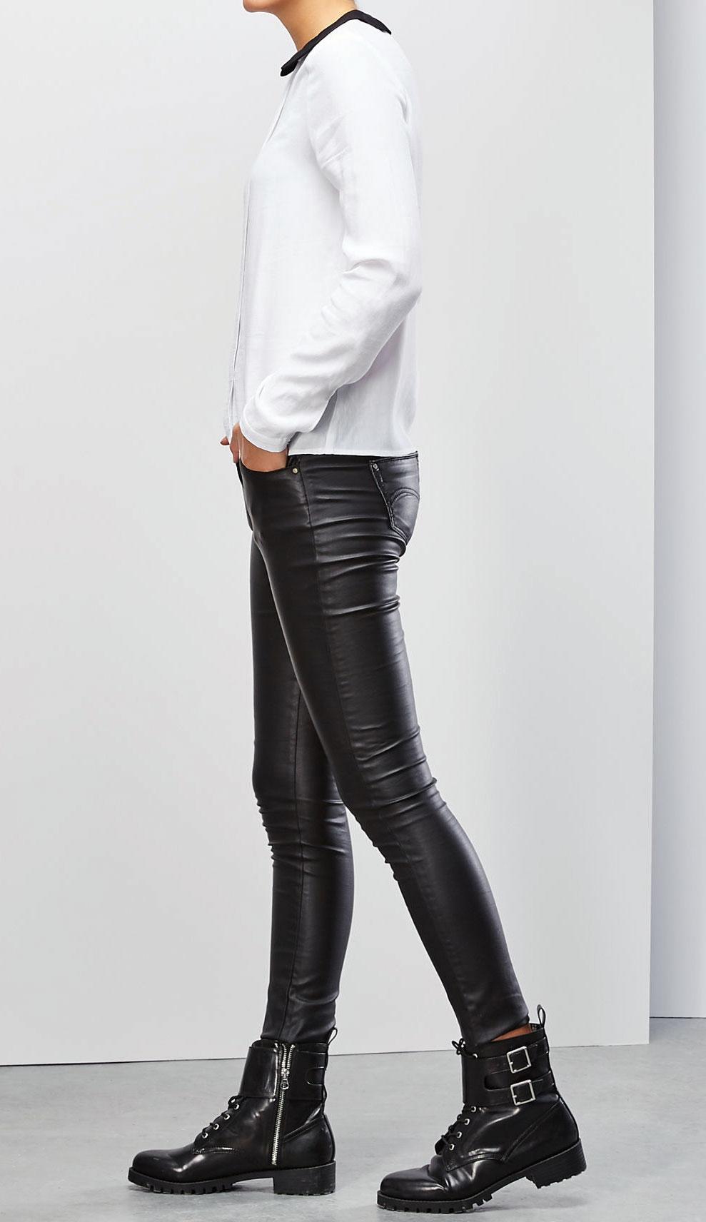 Блузка Moodo, цвет: кремовый, черный. Z-KO-1821. Размер S (44)Z-KO-1821_WHITEСтильная блузка Moodo, выполненная из вискозы, подчеркнет ваш уникальный стиль и поможет создать оригинальный женственный образ. Материал очень легкий, мягкий и приятный на ощупь, не сковывает движения и хорошо вентилируется.Блузка прямого кроя с длинными рукавами и отложным воротником застегивается сзади на пуговицу. Манжеты рукавов также застегиваются на пуговицы. Спереди изделие дополнено планкой по всей длине.Такая блузка будет дарить вам комфорт в течение всего дня и послужит замечательным дополнением к вашему гардеробу.