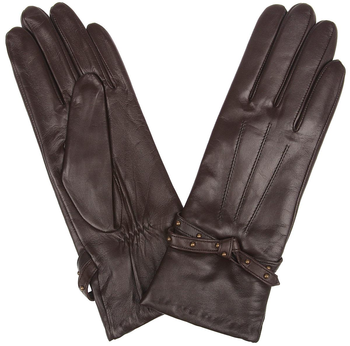 Перчатки женские Fabretti, цвет: темно-коричневый. 12.13-2. Размер 712.13-2 chocolatЖенские перчатки Fabretti не только защитят ваши руки от холода, но и станут стильным украшением. Перчатки выполнены из натуральной кожи. Они мягкие, максимально сохраняют тепло, идеально сидят на руке. Подкладка изделия изготовлена из шерсти с добавлением кашемира.Лицевая часть модели обработана машинной отстрочкой - три луча и украшена кожаным ремешком с металлическими клепками. Перчатки являются неотъемлемой принадлежностью одежды, они идеально подойдут к романтичному образу.