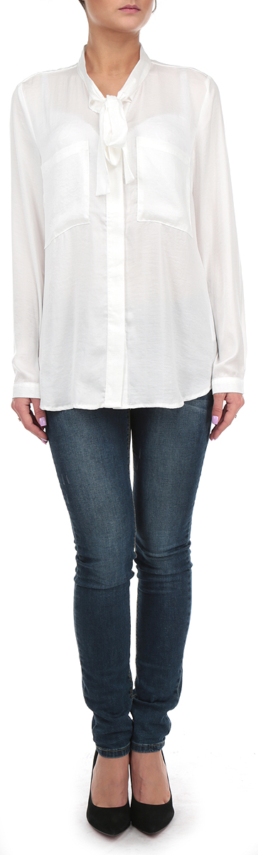 Блузка женская Broadway, цвет: белый. 10153997 001. Размер M (46)10153997 001Стильная удлиненная женская блуза Broadway, выполненная из 100% полиэстера, подчеркнет ваш уникальный стиль и поможет создать оригинальный женственный образ.Блузка с длинными рукавами и воротником-стойкой застегивается на пуговицы спереди. Воротник блузки дополнен завязками, которые можно завязать в красивый декоративный бант. Манжеты рукавов застегиваются на пуговицы, спереди блузка дополнена двумя накладными карманами. Легкая блуза идеально подойдет для жарких летних дней. Такая блузка будет дарить вам комфорт в течение всего дня и послужит замечательным дополнением к вашему гардеробу.