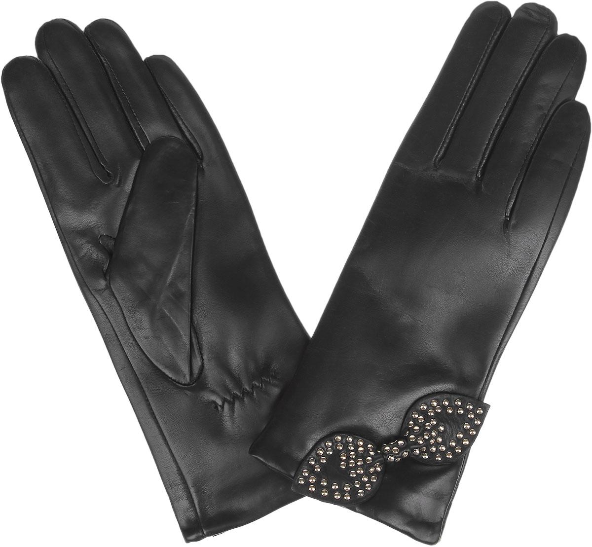 Перчатки женские Fabretti, цвет: черный. 9.79-1. Размер 7,59.79-1_blackЖенские перчатки Fabretti не только защитят ваши руки от холода, но и станут стильным украшением вашего образа. Перчатки изготовлены из натуральной кожи с подкладкой из шерсти с добавлением кашемира. Лицевая сторона модели декорирована бантом с металлическими клепками. Запястье оснащено небольшой резинкой, фиксирующей модель на руке. Перчатки Fabrettiстанут завершающим и подчеркивающим элементом вашего стиля.