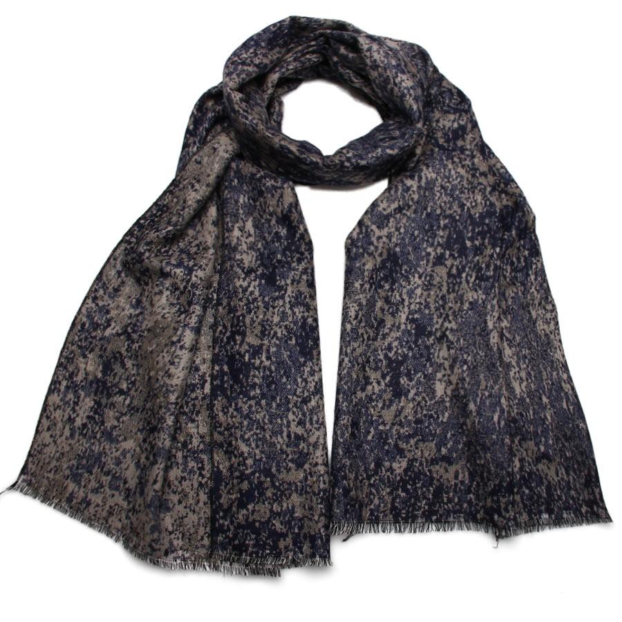 Палантин Venera, цвет: темно-синий, серый. 2712901-11. Размер 65 см х 180 см2712901-11Элегантный палантин Venera подчеркнет ваш неповторимый образ. Привлекательное изделие, которое как нельзя будет, кстати, в холодные сезоны и с повседневной одеждой. Мягкий женский палантин имеет простенький, но и одновременно стильный дизайн, а приятная текстура ткани еще очень комфортная и уютная.