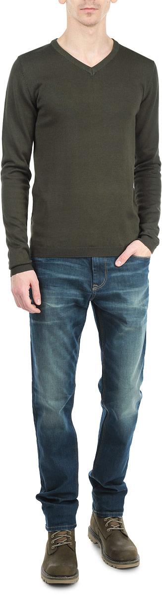 Джемпер мужской Solid, цвет: хаки. 6132302 3776. Размер M (48)6132302 3776_DARK OLIVEОригинальный мужской джемпер Tom Tailor, изготовленный из хлопкового материала с добавлением вискозы, мягкий и приятный на ощупь, не сковывает движений и обеспечивает наибольший комфорт.Модель свободного кроя с V-образным вырезом горловины и длинными рукавами великолепно подойдет для создания современного образа в стиле Casual. Манжеты рукавов и низ джемпера связаны резинкой.Этот джемпер послужит отличным дополнением к вашему гардеробу. В нем вы всегда будете чувствовать себя уютно и комфортно в прохладную погоду.