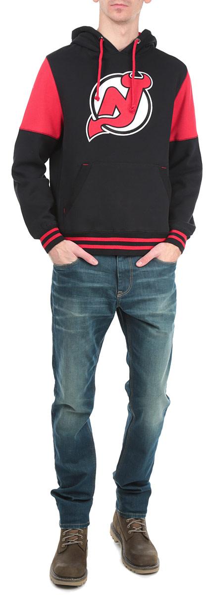 Толстовка мужская NHL New Jersey Devils, цвет: черный, красный. 35330. Размер L (50)35330Теплая толстовка NHL New Jersey Devils, изготовленная из высококачественного хлопкового материала с добавлением полиэстера, необычайно мягкая и приятная на ощупь, не сковывает движения, обеспечивая наибольший комфорт. Лицевая сторона гладкая, а изнаночная - с мягким теплым начесом.Толстовка с капюшоном на кулиске спереди имеет вместительный карман-кенгуру. На груди модель оформлена аппликацией в виде эмблемы хоккейного клуба New Jersey Devils. Толстовка имеет широкую мягкую резинку по низу, что предотвращает проникновение холодного воздуха, и длинные рукава с широкими эластичными манжетами, не стягивающими запястья. Эта модная и в тоже время комфортная толстовка отличный вариант, как для активного отдыха, так и для занятий спортом!