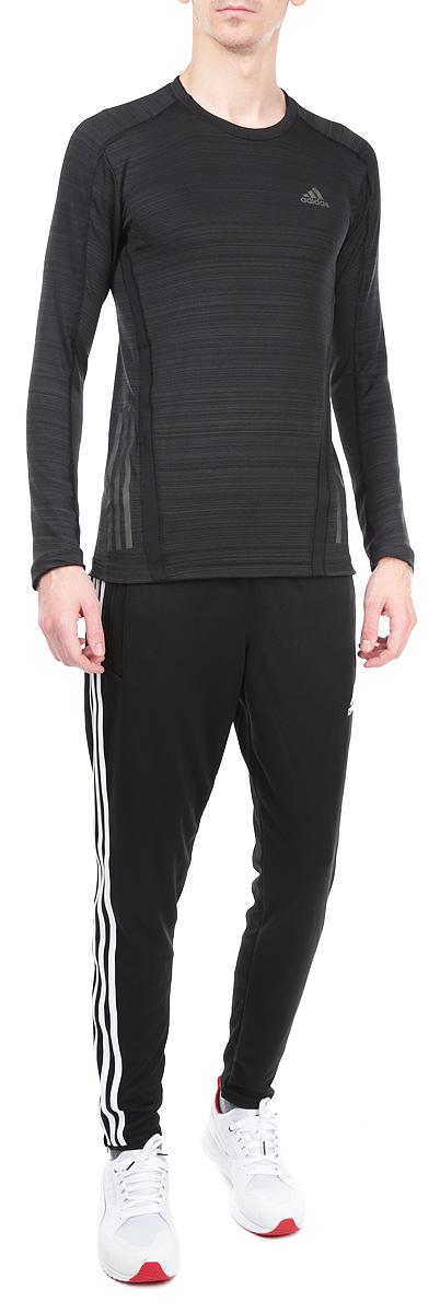 Лонгслив мужской Adidas SN LS T, цвет: черный. D85685. Размер S (44/46)D85685Стильный спортивный мужской лонгслив SN LS T выполнен из высококачественного эластичного полиэстера, мягкий и приятный на ощупь, не сковывает движения, обеспечивая наибольший комфорт.Модель с длинными рукавами и круглым вырезом горловины подчеркнет ваш стиль. Изделие имеет светоотражающие полоски снизу, а также оформлено светоотражающим логотипом производителя спереди. Этот лонгслив - практичная вещь, которая, несомненно, впишется в ваш гардероб, в нем вы будете чувствовать себя уютно и комфортно. Лонгслив великолепно подойдет как для спортивных занятий, так и для повседневной носки.