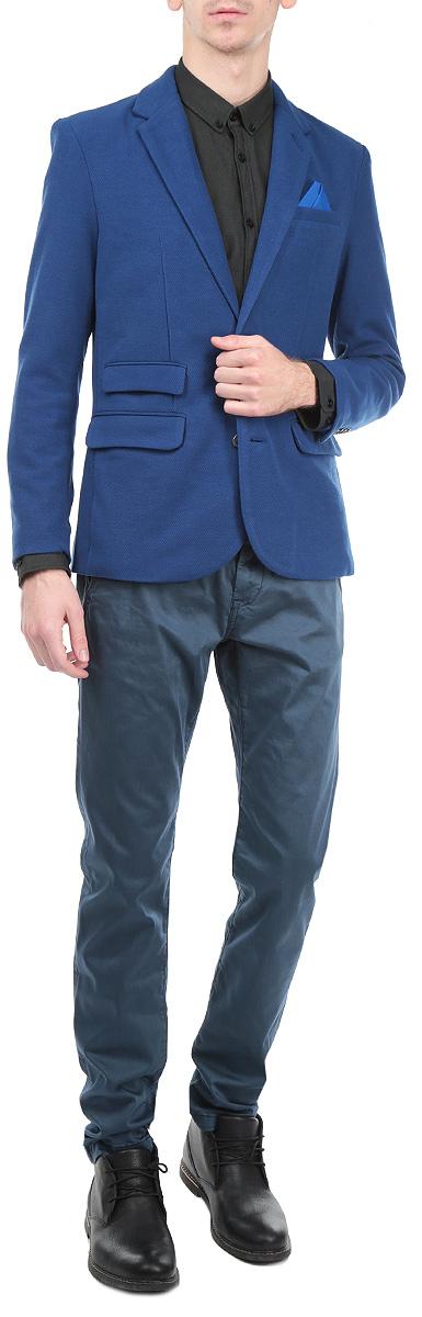 Пиджак мужской Top Secret, цвет: темно-синий. SMR0217GR. Размер 54SMR0217GRКлассический мужской пиджак Top Secret изготовлен из высококачественного полиэстера, приятного на ощупь и обеспечивающего комфорт и удобство при носке.Кардиган с воротником с лацканами и длинными рукавами застегивается на две пуговицы. Манжеты рукавов также дополнены пуговицами. Пиджак имеет открытый нагрудный карман, два накладных кармана спереди и два внутренних втачных кармана. Также в комплект входит декоративный платок. Этот модный и в тоже время комфортный пиджак отличный вариант как для офиса, так и для повседневной носки. Он станет великолепным дополнением к вашему гардеробу, а благодаря классическому фасону, такой пиджак будет прекрасно сочетаться с любыми нарядами.