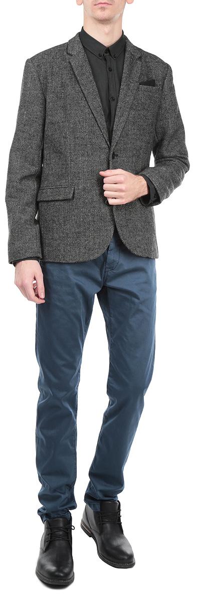 Пиджак мужской Top Secret, цвет: темно-серый. SMR0213SZ. Размер 56SMR0213SZКлассический мужской пиджак Top Secret изготовлен из высококачественного комбинированного материала, приятного на ощупь и обеспечивающего комфорт и удобство при носке.Кардиган с воротником с лацканами и длинными рукавами застегивается на две пуговицы. Манжеты рукавов также дополнены пуговицами. Пиджак имеет открытый нагрудный карман и два внутренних втачных кармана. Изделие оформлено имитацией карманов спереди, также в комплект входит декоративный платок. Этот модный и в тоже время комфортный пиджак отличный вариант как для офиса, так и для повседневной носки. Он станет великолепным дополнением к вашему гардеробу, а благодаря классическому фасону, такой пиджак будет прекрасно сочетаться с любыми нарядами.