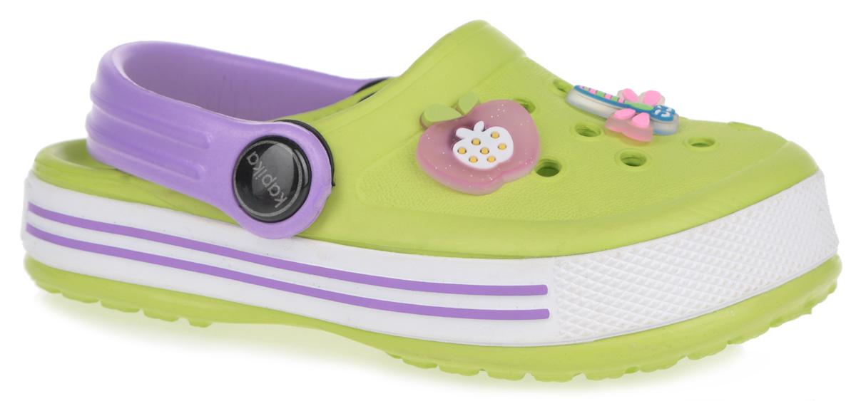 Сабо для девочки Kapika, цвет: салатовый, фиолетовый. 82079. Размер 2582079Чудесные сабо для девочки от Kapika с ремешком на пятке покорят вашу малышку с первого взгляда. Модель полностью изготовлена из надежного материала EVA, - это легкая и удобная обувь.EVA - легкий и прочный материал, обладающий хорошими амортизирующими свойствами и водонепроницаемостью. Структура подошвы стимулирует кровообращение. Большое количество дырочек в верхней части обеспечивает вентиляцию ноги.Сабо декорированы съемными яркой пряжкой, объемными декоративными элементами в виде фруктов, стрекозы и морской звезды. Подошва оформлена стильными полосами и принтом в виде логотипа бренда.Такие сабо - отличное решение для каждодневного использования!