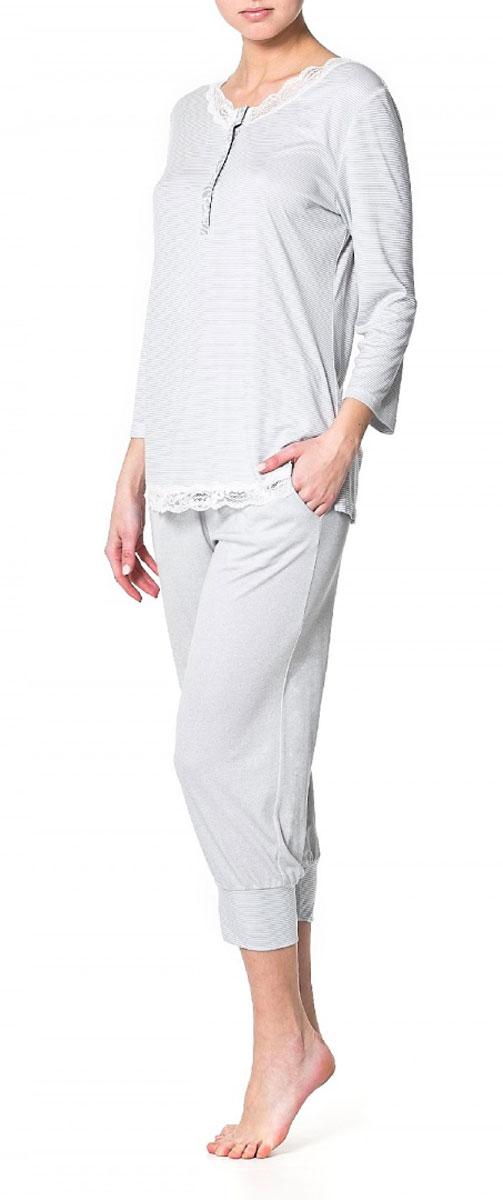 Блузка Ardi, цвет: серый, белый. R1550-41. Размер 40 (46)R1550-41Пижамная блузка Ardi, выполненная из вискозы с модалом, очень мягкая на ощупь и приятная к телу. Модель прямого кроя с круглым воротником и рукавами 3/4 оформлена оригинальным принтом в мелкую полоску. Горловина и низ блузки украшены узкой кружевной тесьмой. Спереди имеется планка из отделочной ткани до уровня груди с петлями и пуговицами.