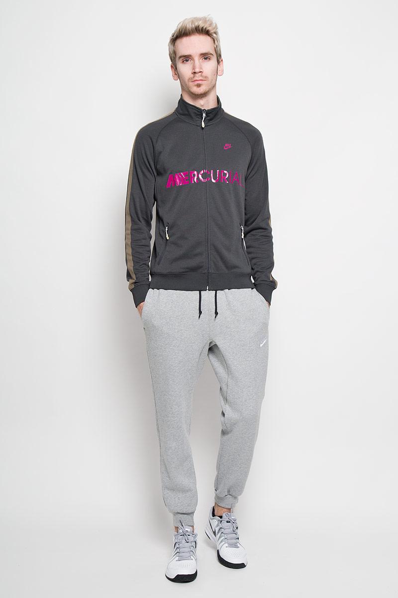 Толстовка мужская Nike Styler Track, цвет: темно-серый, фуксия. 523385-060. Размер L (50/52)523385-060Стильная мужская толстовка Nike Styler Track из приятного на ощупь полиэстера- это удобная и практичная вещь, которая найдет себе место в повседневном гардеробе любого мужчины. Модель с воротником-стойкой и длинными рукавами застегивается на пластиковую застежку-молнию. Манжеты и низ изделия изготовлены из эластичной трикотажной резинки. Спереди модель дополнена двумя втачными карманами на молнии. Изделие оформлено принтовыми надписями и изображением логотипа бренда. Прекрасный выбор для мужчин, предпочитающих спортивный стиль одежды.