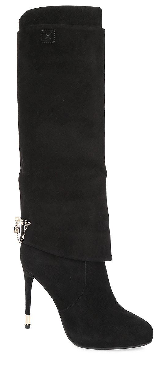 Сапоги женские Vitacci, цвет: черный. 46471. Размер 3946471Стильные женские сапоги от Vitacci - незаменимая вещь в гардеробе истинной модницы. Модель изготовлена из натуральной высококачественной замши и оформлена широким отворотом на голенище, спускающимся до низа. Задняя поверхность сапог декорирована стильной пластиной с изящной цепочкой и небольшой подвеской в виде замочка, инкрустированной стразом. Отсутствие застежек компенсировано шириной голенища. Мягкая подкладка и стелька из текстиля невероятно комфортны при ходьбе. Высокий каблук-шпилька, у основания дополненный металлической вставкой, и подошва - с противоскользящим рифлением.Элегантные сапоги займут достойное место среди вашей коллекции обуви.