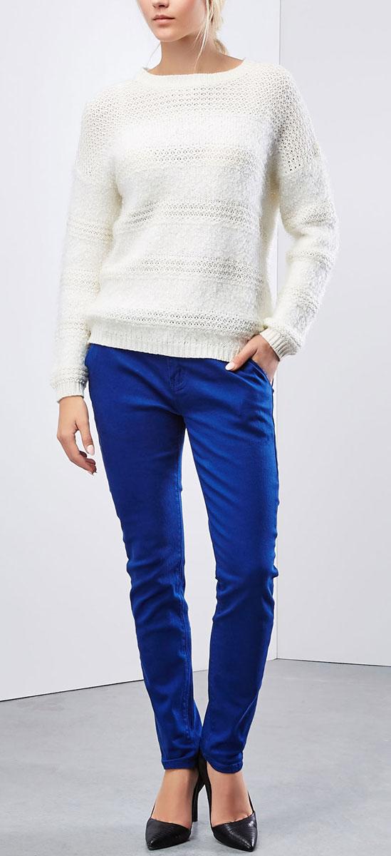 Брюки женские Moodo, цвет: синий. Z-SP-1821. Размер S (44)Z-SP-1821_BLUEЖенские брюки Moodo станут стильным дополнением к вашему гардеробу. Изготовленные из эластичного хлопка, они мягкие и приятные на ощупь, не сковывают движения и позволяют коже дышать.Брюки прямого кроя на поясе застегиваются на пластиковую пуговицу и имеют ширинку на застежке-молнии, а также шлевки для ремня. На поясе изделие дополнено ремнем с металлической пряжкой. Модель имеет классический пятикарманный крой: спереди - два втачных кармана и один маленький прорезной на пуговице, а сзади - два накладных кармана, которые закрываются на пуговицы.Современный дизайн и расцветка делают эти брюки модным предметом женской одежды. Такая модель подарит вам комфорт в течение всего дня.