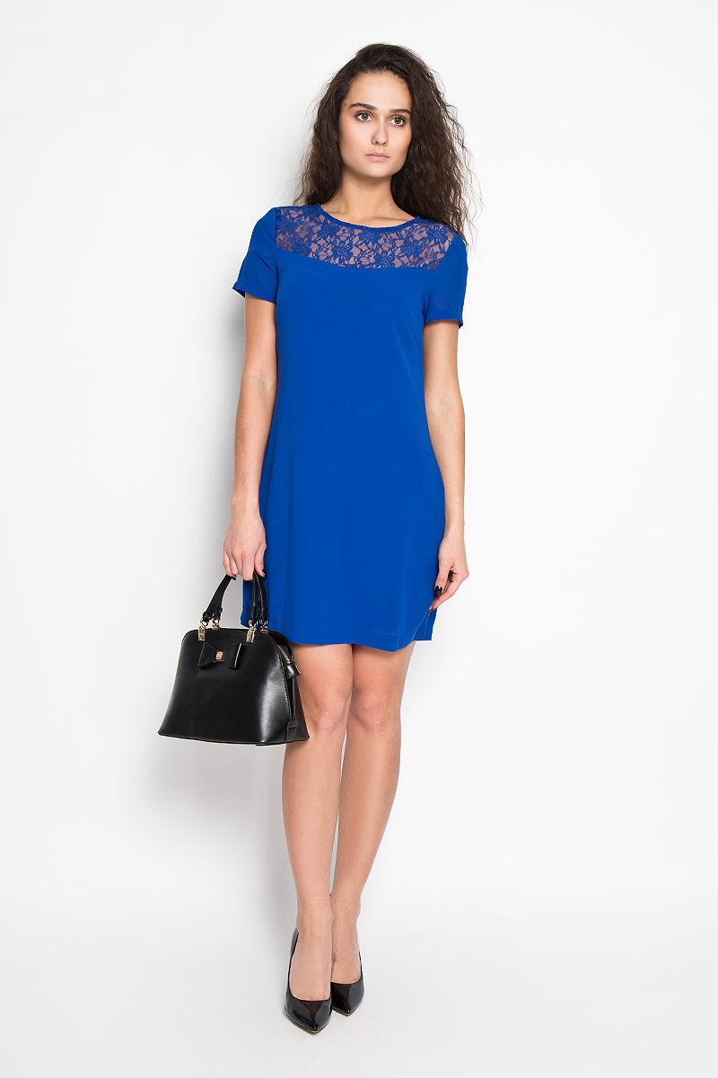 Платье Sela, цвет: ярко-синий. Ds-117/679-5416D. Размер 48Ds-117/679-5416DЭлегантное платье Sela выполнено из высококачественного полиэстера. Такое платье обеспечит вам комфорт и удобство при носке.Модель с короткими рукавами и круглым вырезом горловины выгодно подчеркнет все достоинства вашей фигуры благодаря слегка приталенному силуэту. Платье застегивается на застежку-молнию сзади. Изделие украшено кружевной вставкой на груди и на спинке. Изысканное платье-миди с тонким непрозрачным подъюбником создаст обворожительный и неповторимый образ.Это модное и удобное платье станет превосходным дополнением к вашему гардеробу, оно подарит вам удобство и поможет вам подчеркнуть свой вкус и неповторимый стиль.