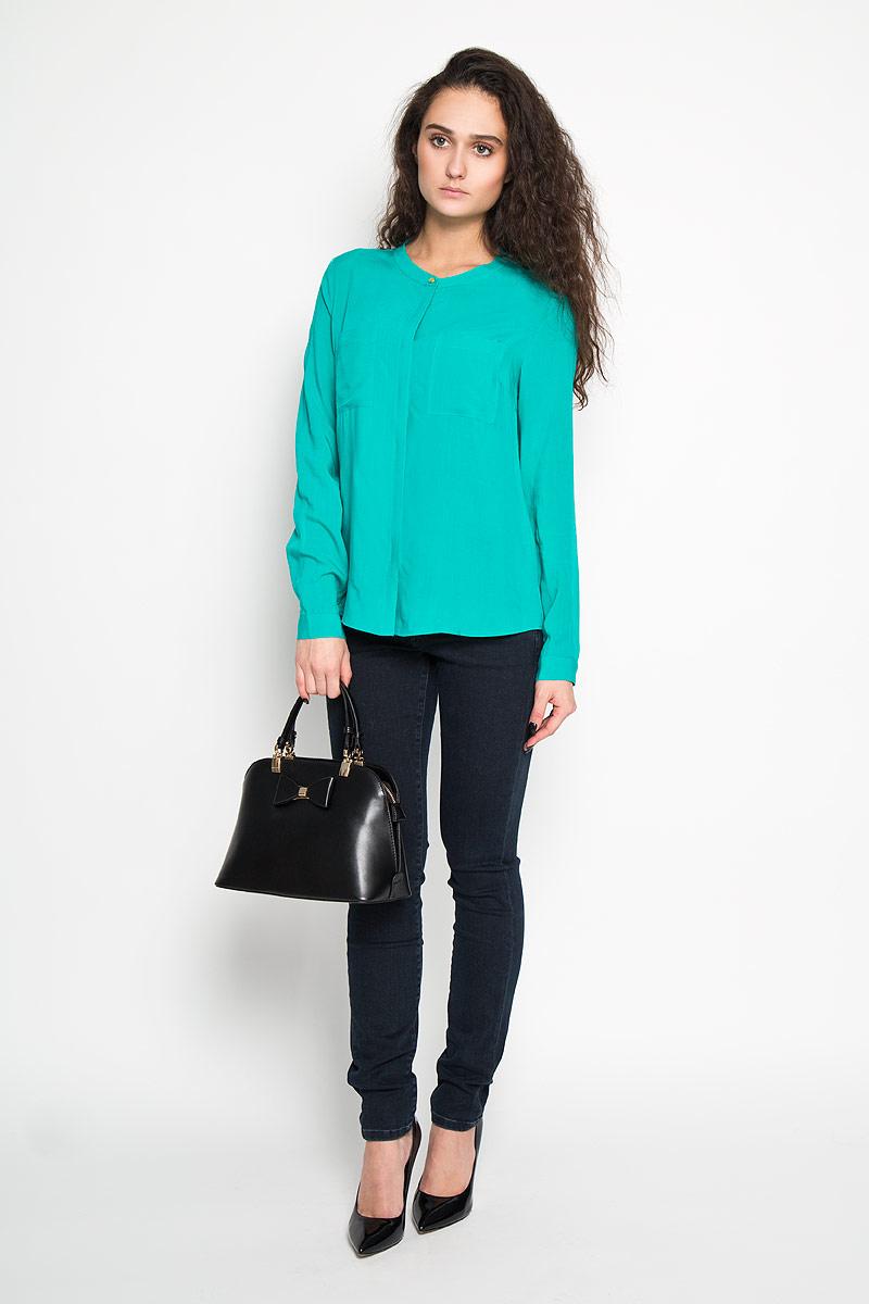Блузка женская Sela, цвет: бирюзовый. B-112/700-6110. Размер 48B-112/700-6110Стильная женская блуза Sela, выполненная из 100% вискозы, подчеркнет ваш уникальный стиль и поможет создать оригинальный женственный образ.Блузка с длинными рукавами и круглым вырезом горловины застегивается на пуговицы спереди. Манжеты рукавов также застегиваются на пуговицы. Модель оснащена двумя нагрудными карманами. Такая блузка идеально подойдет для жарких летних дней. Такая блузка будет дарить вам комфорт в течение всего дня и послужит замечательным дополнением к вашему гардеробу.