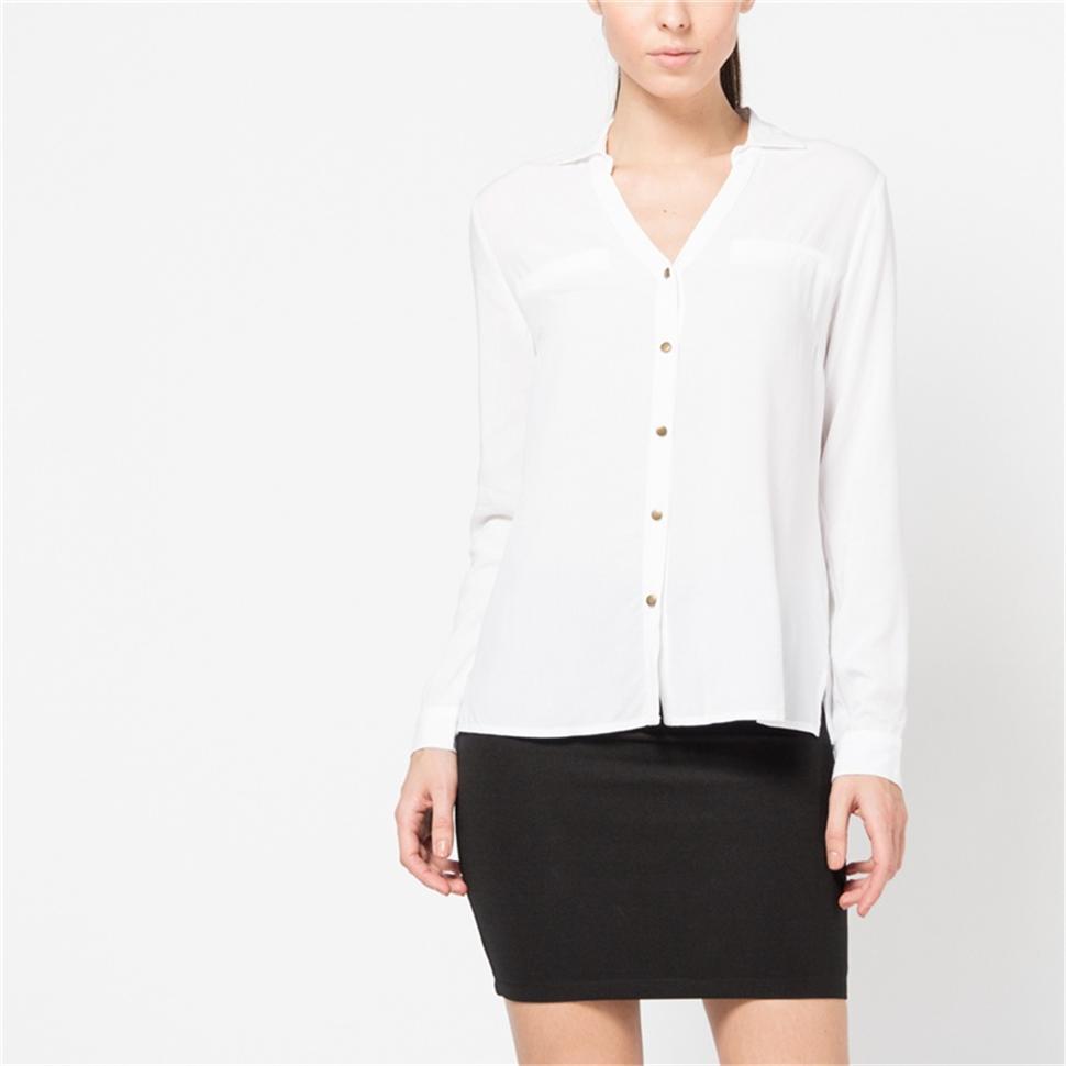 Блузка женская Sela, цвет: белый. B-112/770-6171. Размер 44B-112/770-6171Стильная женская блуза Sela, выполненная из 100% вискозы, подчеркнет ваш уникальный стиль и поможет создать оригинальный женственный образ.Блузка с длинными рукавами и отложным воротником застегивается на пуговицы спереди. Манжеты рукавов также застегиваются на пуговицы. На груди модель дополнена имитацией карманов. Такая блузка идеально подойдет для жарких летних дней. Такая блузка будет дарить вам комфорт в течение всего дня и послужит замечательным дополнением к вашему гардеробу.