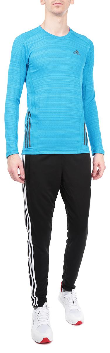 Лонгслив мужской Adidas SN LS T, цвет: голубой. D85687. Размер XL (56/58)D85687Стильный спортивный мужской лонгслив SN LS T выполнен из высококачественного эластичного полиэстера, мягкий и приятный на ощупь, не сковывает движения, обеспечивая наибольший комфорт.Модель с длинными рукавами и круглым вырезом горловины подчеркнет ваш стиль. Изделие имеет светоотражающие полоски снизу, а также оформлено светоотражающим логотипом производителя спереди. Этот лонгслив - практичная вещь, которая, несомненно, впишется в ваш гардероб, в нем вы будете чувствовать себя уютно и комфортно. Лонгслив великолепно подойдет как для спортивных занятий, так и для повседневной носки.
