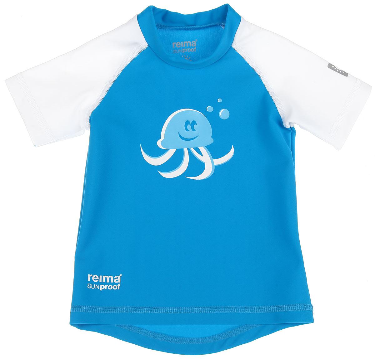 Футболка детская Reima T-Shirt, цвет: синий, белый. 581021-7470. Размер 62581021_7470Детская футболка Reima T-Shirt изготовлена из высококачественного быстросохнущего материала SunProof с УФ-фактором защиты 50+, который обеспечивает великолепную защиту нежной коже. Футболка предназначена для игр на солнце и в воде.Футболка с короткими рукавами-реглан и круглым вырезом горловины оформлена термоаппликацией с изображением осьминога. Спинка модели удлинена, что обеспечивает защиту, как в воде, так и на песке. Такая футболка, несомненно, понравится вашему ребенку и послужит отличным дополнением к детскому гардеробу!