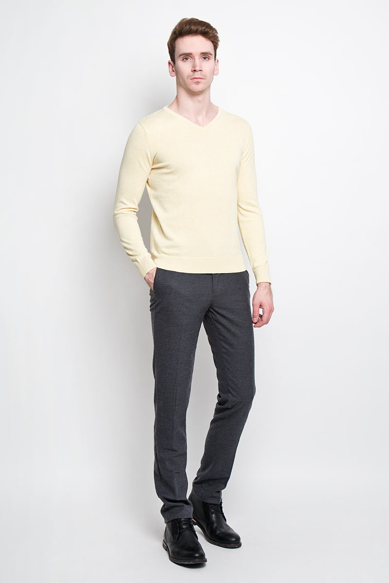 Пуловер мужской Tom Tailor, цвет: светло-желтый. 3019732.00.10. Размер L (50)3019732.00.10Стильный мужской пуловер Tom Tailor, выполненный из высококачественного материала, приятный на ощупь, не сковывает движения, обеспечивая наибольший комфорт. Модель с V-образным вырезом горловины и длинными рукавами спереди декорирована вышитой в виде буквы T. Низ и манжеты изделия связаны широкой резинкой, что предотвращает деформацию при носке и препятствует проникновению холодного воздуха. Модель идеально гармонирует с любыми предметами одежды и будет уместна и на отдых, и работу. Этот модный пуловер станет отличным дополнением вашего гардероба.