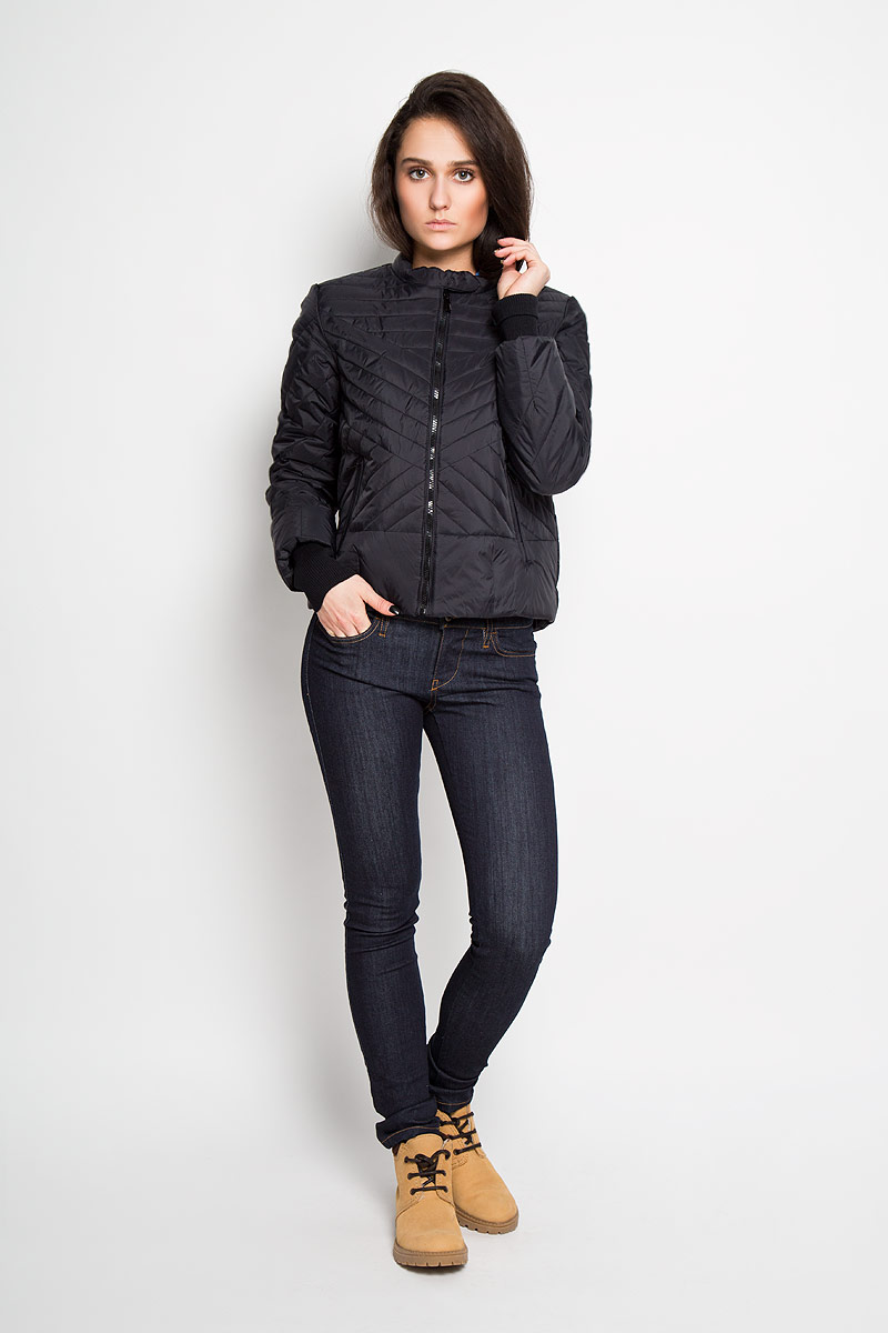 Куртка женская Sela, цвет: черный. Cp-126/614-6112. Размер S (44)Cp-126/614-6112Удобная женская куртка Sela согреет вас в прохладную погоду и позволит выделиться из толпы. Непродуваемая, водо- и снегооталкивающая куртка защитит в любую непогоду. Модель с длинными рукавами и воротником-стойкой выполнена из прочного нейлона, и застегивается на застежку-молнию, воротник дополнительно застегивается хлястиком на кнопки. Рукава куртки дополнены эластичными трикотажными резинками. Куртка дополнена двумя боковыми втачными карманами на молниях и внутренним накладным карманом.Эта модная и в то же время комфортная куртка - отличный вариант для прогулок, она подчеркнет ваш изысканный вкус и поможет создать неповторимый образ.
