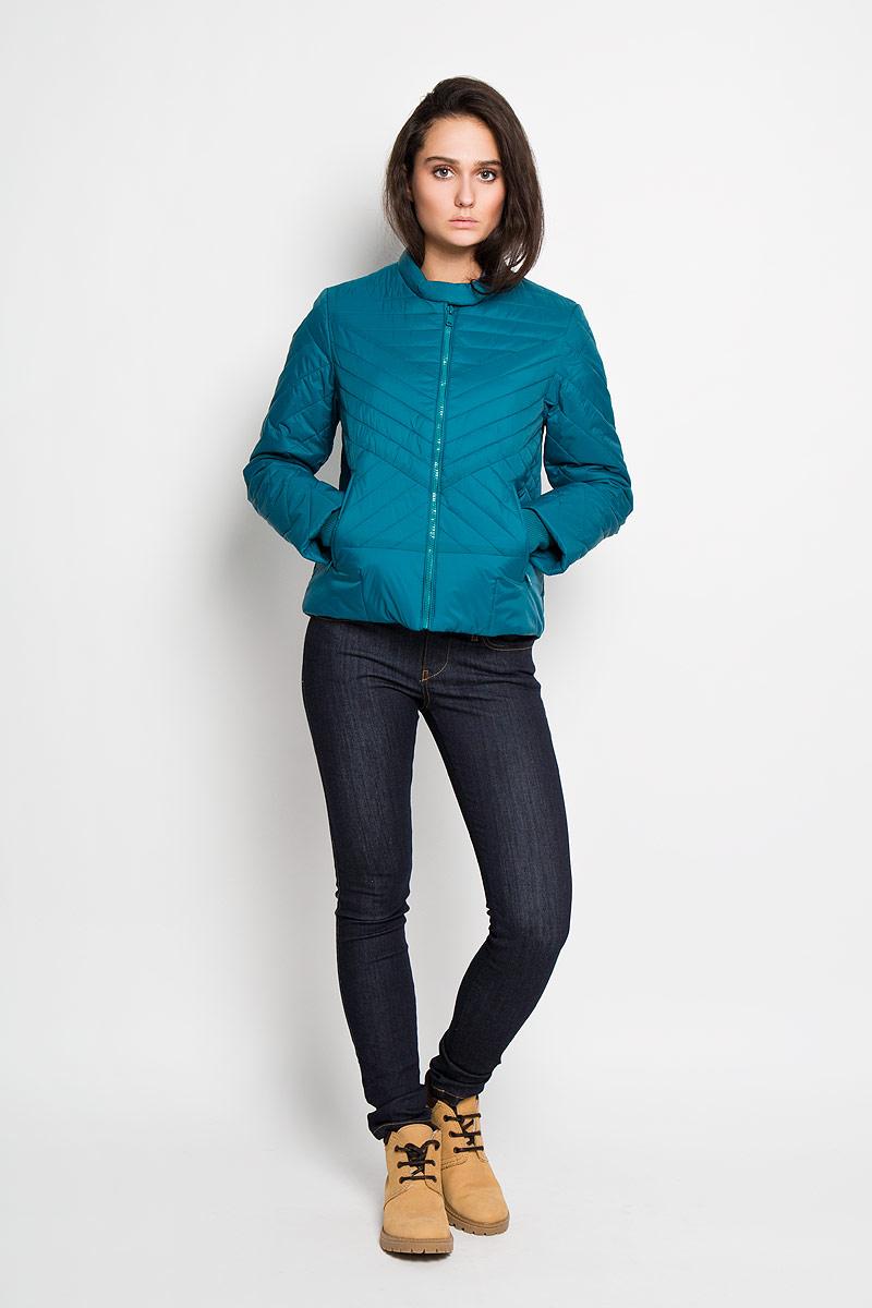 Куртка женская Sela, цвет: бирюзовый. Cp-126/614-6112. Размер L (48)Cp-126/614-6112Удобная женская куртка Sela согреет вас в прохладную погоду и позволит выделиться из толпы. Непродуваемая, водо- и снегооталкивающая куртка защитит в любую непогоду. Модель с длинными рукавами и воротником-стойкой выполнена из прочного нейлона, и застегивается на застежку-молнию, воротник дополнительно застегивается хлястиком на кнопки. Рукава куртки дополнены эластичными трикотажными резинками. Куртка дополнена двумя боковыми втачными карманами на молниях и внутренним накладным карманом.Эта модная и в то же время комфортная куртка - отличный вариант для прогулок, она подчеркнет ваш изысканный вкус и поможет создать неповторимый образ.