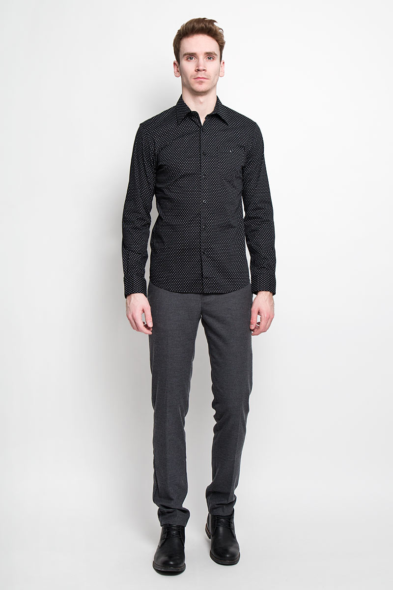 Рубашка мужская Tom Tailor Denim, цвет: черный. 2031129.00.12. Размер M (48)2031129.00.12Мужская рубашка Tom Tailor Denim, выполненная из хлопка с небольшим добавлением эластана, идеально дополнит ваш образ. Материал мягкий и приятный на ощупь, не сковывает движения и позволяет коже дышать.Рубашка слегка приталенного кроя, с длинными рукавами, отложным воротником и закруглённым низом. Изделие спереди застегивается на пуговицы. Манжеты на рукавах также застегиваются на пуговицы. На груди изделие дополнено накладным карманом на пуговице. Рубашка оформлена мелким контрастным принтом горох.Такая рубашка будет дарить вам комфорт в течение всего дня и станет стильным дополнением к вашему гардеробу.