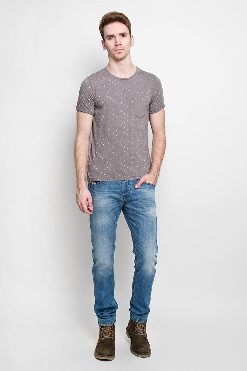 Футболка мужская Tom Tailor Denim, цвет: тауп. 1033757.02.12. Размер XL (52)1033757.02.12Стильная мужская футболка Tom Tailor Denim выполнена из высококачественного 100% хлопка. Материал очень мягкий и приятный на ощупь, обладает высокой воздухопроницаемостью и гигроскопичностью, позволяет коже дышать. Модель прямого кроя с круглым вырезом горловины и короткими рукавами оформлена принтом горох. Спинка модели удлиненная. Рукава с необработанным краем подвернуты и зафиксированы строчками. На груди модель оформлена небольшим накладным кармашком, застегивающимся на пуговицу.Такая модель подарит вам комфорт в течение всего дня и послужит замечательным дополнением к вашему гардеробу.