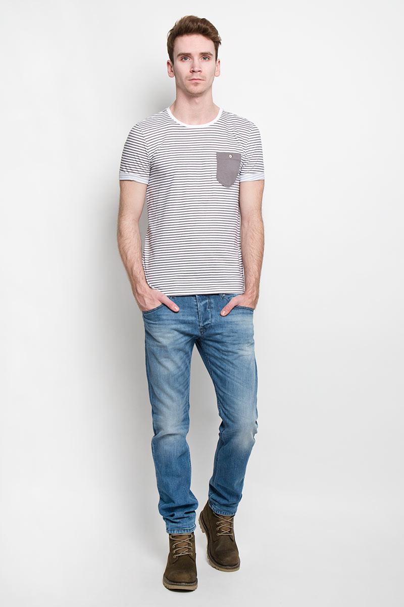 Футболка мужская Tom Tailor Denim, цвет: тауп, белый. 1033757.00.12. Размер S (46)1033757.00.12Стильная мужская футболка Tom Tailor Denim выполнена из высококачественного 100% хлопка. Материал очень мягкий и приятный на ощупь, обладает высокой воздухопроницаемостью и гигроскопичностью, позволяет коже дышать. Модель прямого кроя с круглым вырезом горловины и короткими рукавами оформлена принтом в полоску. Спинка удлиненная. Рукава с необработанным краем подвернуты и зафиксированы строчками. На груди модель оформлена небольшим накладным кармашком, застегивающимся на пуговицу.Такая модель будет дарить вам комфорт в течение всего дня и послужит замечательным дополнением к вашему гардеробу.