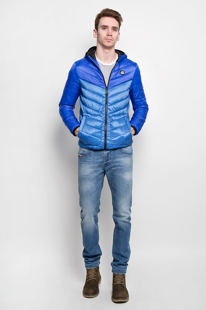 Куртка мужская Tom Tailor Denim, цвет: синий. 3532434.00.12. Размер L (50)3532434.00.12Стильная мужская куртка с капюшоном Tom Tailor Denim, выполненная из высококачественных материалов, отлично подойдет для холодной погоды. Изделие с несъемным капюшоном и длинными рукавамизастегивается на пластиковую застежку-молнию по всей длине. Капюшон, манжеты рукавов и низ куртки оснащены эластичными резинками, защищающими от продувания. На лицевой стороне расположена резиновая нашивка с логотипом бренда. Спереди модель дополнена двумя втачными карманами на кнопках. С внутренней стороны расположен вертикальный втачной карман на кнопке.Изделие оформлено эффектной стежкой и оригинальным принтом.Эта модная и в то же время комфортная куртка - отличный вариант для уверенного в себе мужчины!
