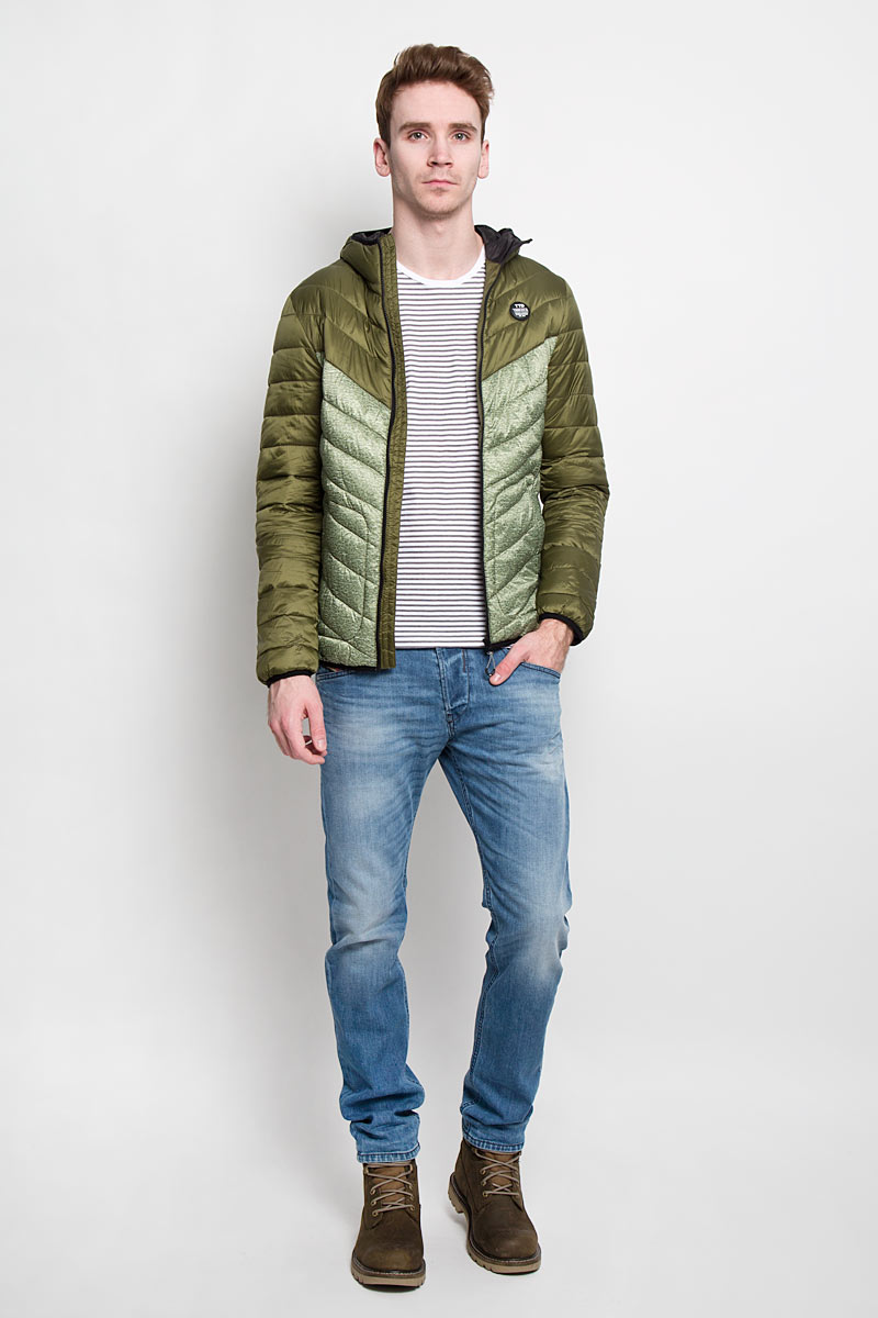 Куртка мужская Tom Tailor Denim, цвет: зеленый. 3532434.00.12. Размер L (50)3532434.00.12Стильная мужская куртка с капюшоном Tom Tailor Denim, выполненная из высококачественных материалов, отлично подойдет для холодной погоды. Изделие с несъемным капюшоном и длинными рукавамизастегивается на пластиковую застежку-молнию по всей длине. Капюшон, манжеты рукавов и низ куртки оснащены эластичными резинками, защищающими от продувания. На лицевой стороне расположена резиновая нашивка с логотипом бренда. Спереди модель дополнена двумя втачными карманами на кнопках. С внутренней стороны расположен вертикальный втачной карман на кнопке.Изделие оформлено эффектной стежкой и оригинальным принтом.Эта модная и в то же время комфортная куртка - отличный вариант для уверенного в себе мужчины!