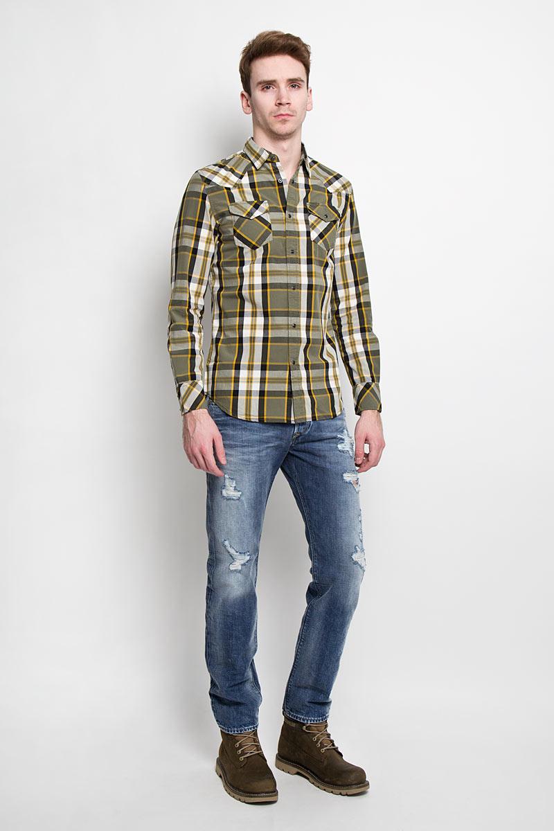 Рубашка мужская Diesel, цвет: хаки. 00SMRM_0JAJZ/56Y. Размер L (50)00SMRM_0JAJZСтильная мужская рубашка Diesel с длинными рукавами, отложным воротником изастежкой на кнопки. Рубашка оформлена ярким клетчатым принтом инакладными карманами на кнопках. Модель, выполненная из хлопка, обладаетвысокой воздухопроницаемостью и гигроскопичностью, позволяет кожедышать, тем самым обеспечивая наибольший комфорт при носке даже самымжарким летом.Эта модная и удобная рубашка послужит замечательнымдополнением к вашему гардеробу.