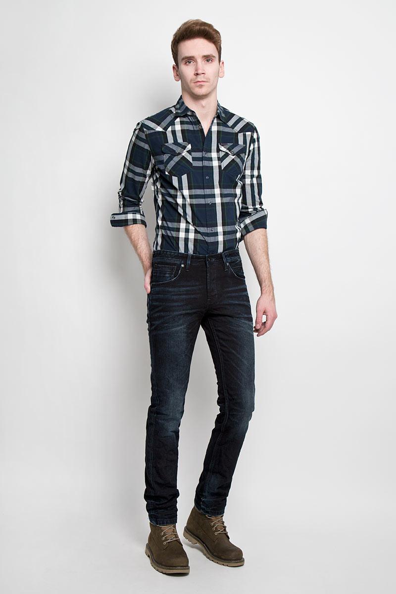 Джинсы мужские Tom Tailor Denim, цвет: темно-синий, черный. 6203549.00.12. Размер 33-34 (48/50-34)6203549.00.12Стильные мужские джинсы Tom Tailor Denim - джинсы высочайшего качества на каждый день, которые прекрасно сидят. Модель немного зауженного кроя по ноге и средней посадки изготовлена из 100% хлопка. Изделие оформлено тертым эффектом и перманентными складками.Застегиваются джинсы на пуговицу в поясе и три пуговицы на застежке-молнии, имеются шлевки для ремня. Спереди модель оформлены двумя втачными карманами и одним небольшим секретным кармашком, а сзади - двумя накладными карманами.Эти модные и в тоже время комфортные джинсы послужат отличным дополнением к вашему гардеробу. В них вы всегда будете чувствовать себя уютно и комфортно.