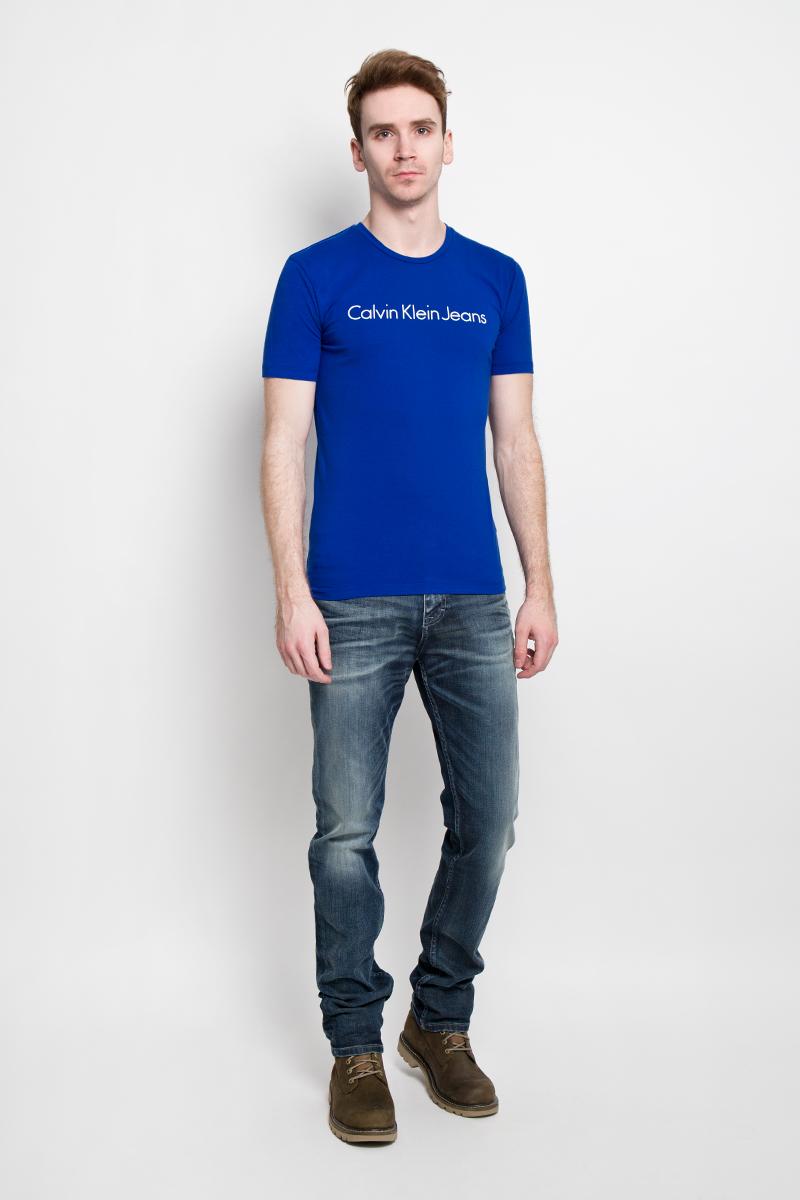 Футболка мужская Calvin Klein Jeans, цвет: синий. J3EJ303543. Размер M (46/48)J3EJ303543Стильная мужская футболка Calvin Klein Jeans, выполненная из эластичного хлопка, необычайно мягкая и приятная на ощупь, не сковывает движения и позволяет коже дышать, обеспечивая комфорт. Модель с круглым вырезом горловины и короткими рукавами спереди оформлена надписью Calvin Klein Jeans. Вырез горловины дополнен трикотажной эластичной резинкой, что предотвращает деформацию при носке. Футболка Calvin Klein Jeans станет отличным дополнением к вашему гардеробу.