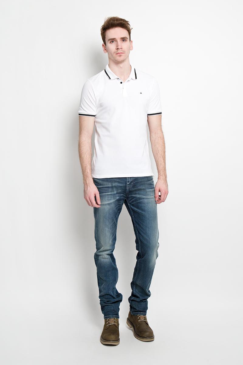 Поло мужское Calvin Klein Jeans, цвет: белый. J3IJ303821. Размер S (44/46)S15-22009Стильная мужская футболка-поло Calvin Klein Jeans, изготовленная из высококачественного эластичного хлопка, обладает высокой теплопроводностью, воздухопроницаемостью и гигроскопичностью, позволяет коже дышать.Модель с короткими рукавами и отложным воротником станет идеальным вариантом для создания современного образа. Сверху футболка-поло застегивается на три пуговицы, которые закрыты планкой. По бокам небольшие разрезы.Такая модель подарит вам комфорт в течение всего дня и послужит замечательным дополнением к вашему гардеробу.