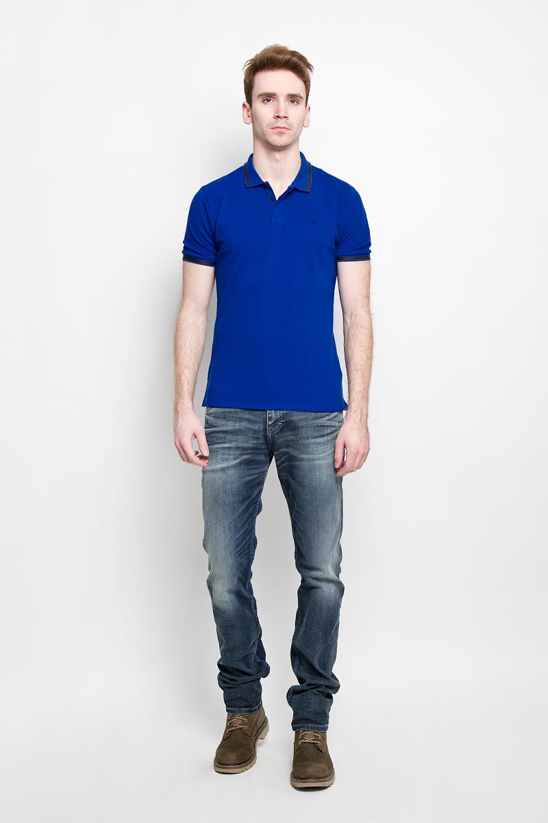Поло мужское Calvin Klein Jeans, цвет: синий. J3IJ303821. Размер XXL (56)J3IJ303821Стильная мужская футболка-поло Calvin Klein Jeans, изготовленная из высококачественного эластичного хлопка, обладает высокой теплопроводностью, воздухопроницаемостью и гигроскопичностью, позволяет коже дышать.Модель с короткими рукавами и отложным воротником станет идеальным вариантом для создания современного образа. Сверху футболка-поло застегивается на три пуговицы, которые закрыты планкой. По бокам небольшие разрезы.Такая модель подарит вам комфорт в течение всего дня и послужит замечательным дополнением к вашему гардеробу.