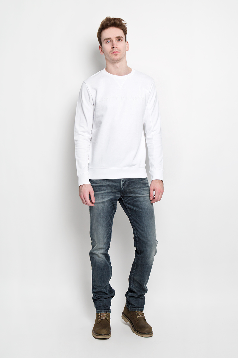 Свитшот мужской Calvin Klein Jeans, цвет: белый. J3EJ303725. Размер M (46/48)3020637.00.15Стильный мужской свитшот Calvin Klein, изготовленный из высококачественного натурального хлопка, мягкий и приятный на ощупь, не сковывает движений и обеспечивает наибольший комфорт. Материал на основе хлопка великолепно пропускает воздух, позволяя коже дышать, и обладает высокой гигроскопичностью.Модель с круглым вырезом горловины и длинными рукавами оформлена объемной надписью Calvin Klein Jeans спереди. Манжеты рукавов и низ изделия дополнены трикотажными резинками. Этот свитшот - настоящее воплощение комфорта, он послужит отличным дополнением к вашему гардеробу. В нем вы будете чувствовать себя уютно в прохладное время года.