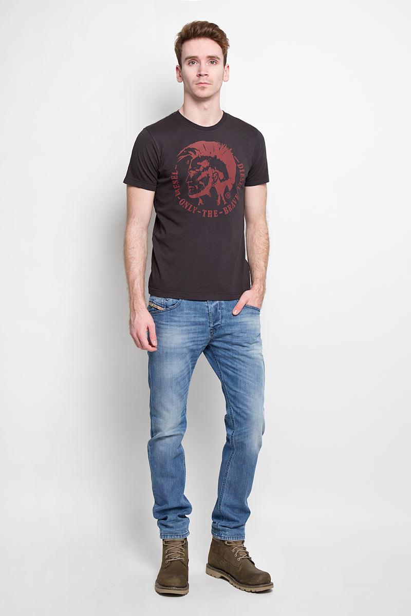 Джинсы мужские Diesel Belther, цвет: голубой. 00S4IN-0842H/01. Размер 33-32 (48/50-32)00S4IN-0842HСтильные мужские джинсы Diesel Belther - джинсы высочайшего качества, которые прекрасно сидят.Модель слегка зауженного кроя и средней посадки изготовлена из высококачественного плотного хлопка с добавлением эластана, не сковывает движения и дарит комфорт. Застегиваются джинсы на пуговицу в поясе и ширинку на металлических пуговицах, имеются шлевки для ремня. Спереди модель дополнена двумя втачными карманами и одним секретным кармашком, а сзади - двумя накладными карманами. Джинсы оформлены потёртостями и перманентными складками.Эти модные и в тоже время удобные джинсы помогут вам создать оригинальный современный образ. В них вы всегда будете чувствовать себя уверенно и комфортно.