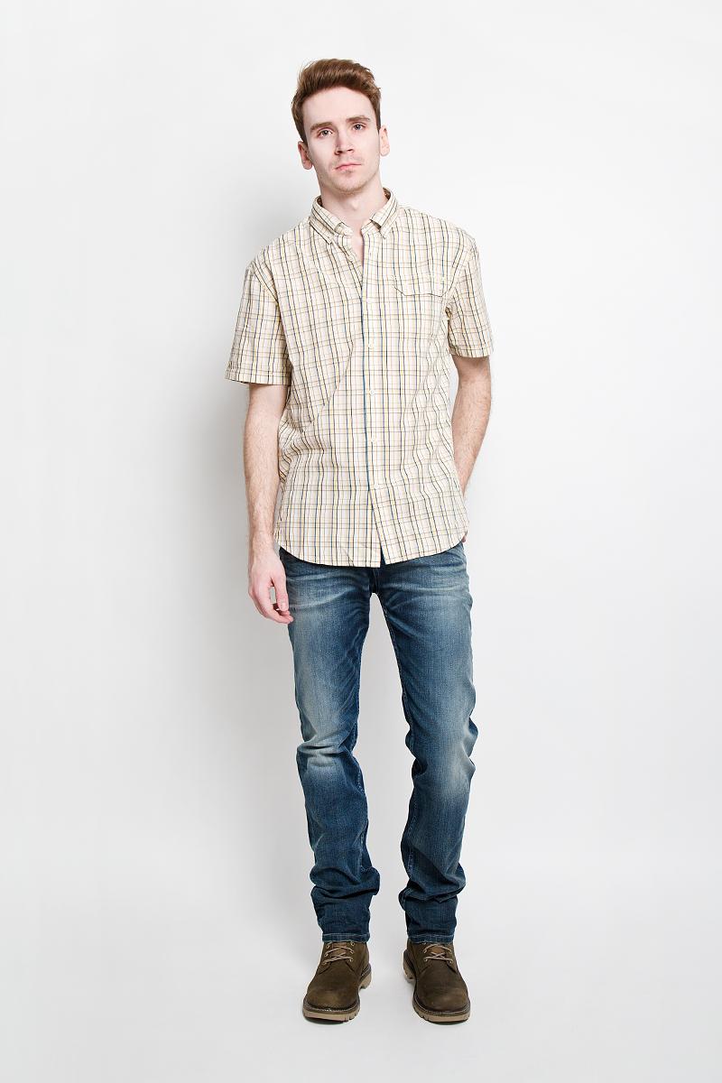 Рубашка мужская Finn Flare, цвет: бежевый. S15-22009. Размер M (48)S15-22009Отличная рубашка Finn Flare с короткими рукавами, отложным воротником, застегивается на пуговицы. Рубашка оформлена актуальным клетчатым принтом и накладным карманом на груди. Карман застегивается клапаном на пуговицы. Рубашка, выполненная из 100% хлопка, обладает высокой теплопроводностью, воздухопроницаемостью и гигроскопичностью, позволяет коже дышать, тем самым обеспечивая наибольший комфорт при носке даже самым жарким летом.