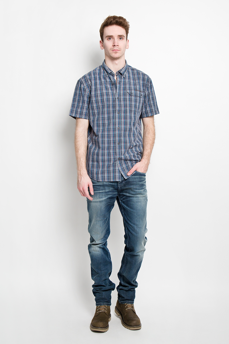 Рубашка мужская Finn Flare, цвет: синий, серый. S15-22009. Размер L (50)S15-22009Отличная рубашка Finn Flare с короткими рукавами, отложным воротником, застегивается на пуговицы. Рубашка оформлена актуальным клетчатым принтом и накладным карманом на груди. Карман застегивается клапаном на пуговицы. Рубашка, выполненная из 100% хлопка, обладает высокой теплопроводностью, воздухопроницаемостью и гигроскопичностью, позволяет коже дышать, тем самым обеспечивая наибольший комфорт при носке даже самым жарким летом.