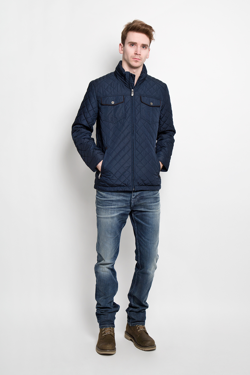 Куртка мужская Finn Flare, цвет: темно-синий. B16-21011. Размер L (50)B16-21011Стильная стеганная куртка Finn Flare подчеркнет ваш потрясающий вкус. Модель прямого кроя с воротником-стойкой застегивается на застежку-молнию. В воротнике под молнией спрятан капюшон. Утеплитель - синтепон. Рукава оформлены манжетами на металлических кнопках. Куртка дополнена двумя боковыми карманами на застежках-молниях. Также есть два нагрудных кармана на кнопках. С внутренней стороны куртки расположены три потайных кармана, один из которых на молнии, два других на пуговицах.Эта модная куртка послужит отличным дополнением к вашему гардеробу.