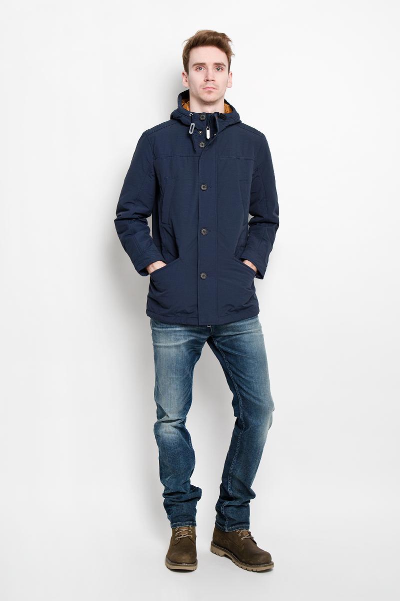 Куртка мужская Finn Flare, цвет: темно-синий. B16-42000. Размер L (50)B16-42000Стильная и удлиненная куртка Finn Flare подчеркнет креативность вашего вкуса. Модель прямого кроя с неснимаемым капюшоном застегивается на застежку-молнию и дополнительно ветрозащитным клапаном на кнопки и пуговицы. Капюшон со шнурком. Утеплитель - синтепон. Рукава оформлены манжетами на пуговицах. Куртка дополнена двумя боковыми карманами на застежках-молниях. Также есть два нагрудных кармана на кнопках. Внутри куртка дополнена двумя потайными карманами, один на пуговице, другой на застежке-молнии. Внутри модель на талии оснащена эластичной, затягивающейся кулиской со стопперами. Низ изделия оформлен небольшим разрезом и шнурком. Эта модная куртка послужит отличным дополнением к вашему гардеробу.