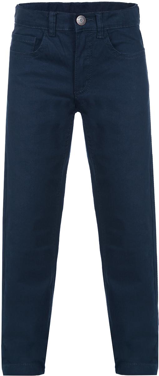Брюки для мальчика Button Blue, цвет: темно-синий. 116BBBB6303. Размер 110, 5 лет116BBBB6303Стильные брюки для мальчика Button Blue идеально подойдут вашему маленькому мужчине для отдыха и прогулок. Изготовленные из эластичного хлопка, они необычайно мягкие и приятные на ощупь, не сковывают движения, не раздражают даже самую нежную и чувствительную кожу ребенка, обеспечивая ему наибольший комфорт. Брюки прямого покроя на талии застегиваются на металлическую пуговицу и имеют ширинку на застежке-молнии, также имеются шлевки для ремня. С внутренней стороны пояс регулируется резинкой на пуговицах. Модель спереди дополнена двумя втачными карманами со скошенными краями и небольшим накладным кармашком, а сзади - двумя накладными карманами. Современный дизайн и модная расцветка делают эти брюки модным и стильным предметом детского гардероба. В них ваш ребенок всегда будет в центре внимания!