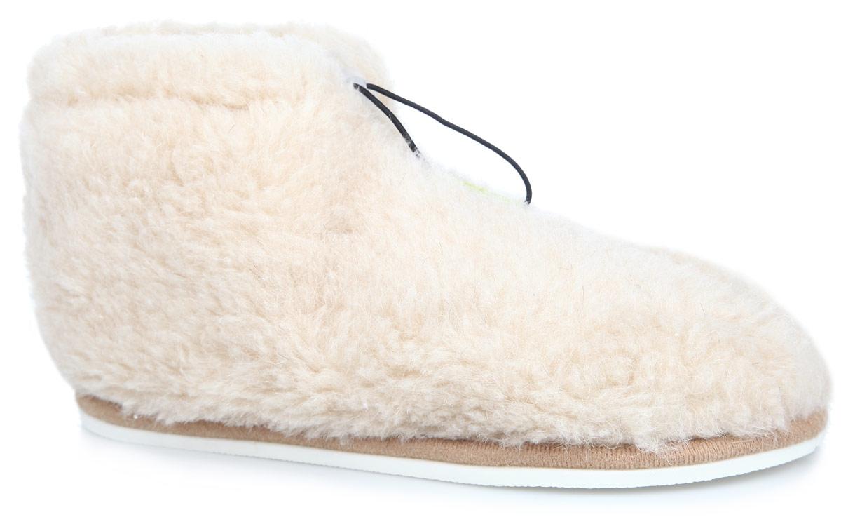 Тапки-теплушки Holty, цвет: бежевый. 030102-0200/э. Размер 36030102-0200/эТапки-теплушки от Holty выполнены из натуральной овечьей шерсти и текстиля. Овечья шерсть активно впитывает влагу, оставляя ноги сухими и позволяя им дышать. Изделия из овечьего меха по своему удобству и полезным свойствам не имеют аналогов, они практичны и универсальны. Овечий мех уменьшает неприятные ощущения в ногах и улучшает кровообращение. Рельефная подошва, выполненная из ЭВА-пора, улучшает сцепление с любой поверхностью. ЭВА-пора не пропускает и не впитывает воду. На подъеме изделие затягивается на эластичный шнурок. Теплые и приятные на ощупь тапки-теплушки вернут легкость уставшим ногам и защитят их от холода.