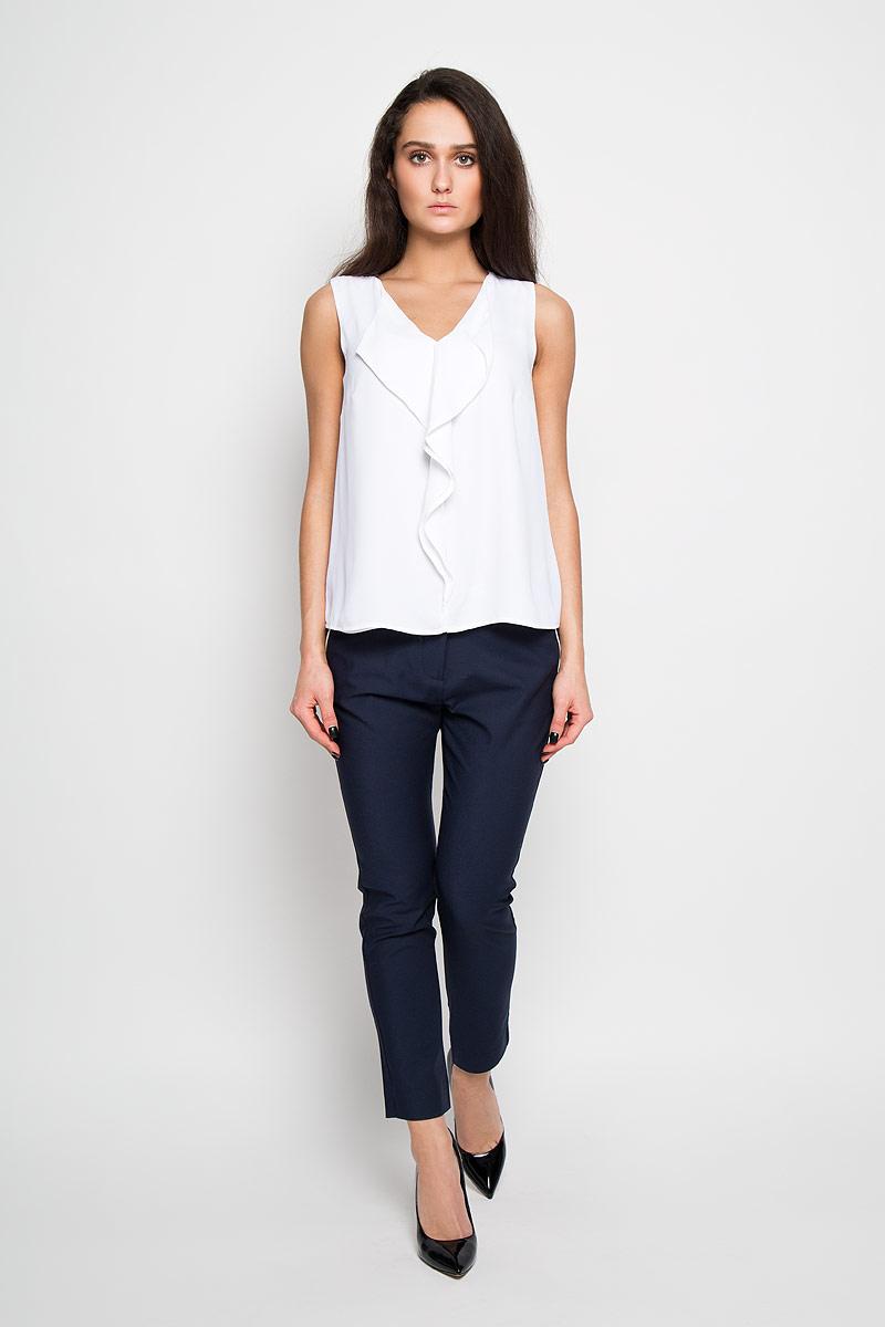 Блузка женская Sela, цвет: белый. Twsl-112/903-6122. Размер 46Twsl-112/903-6122Стильная женская блуза Sela, выполненная из 100% полиэстера, подчеркнет ваш уникальный стиль и поможет создать оригинальный женственный образ.Свободная блузка без рукавов, с V-образным вырезом горловины оформлена элегантными воланами спереди. Такая блузка идеально подойдет для жарких летних дней. Такая блузка будет дарить вам комфорт в течение всего дня и послужит замечательным дополнением к вашему гардеробу.