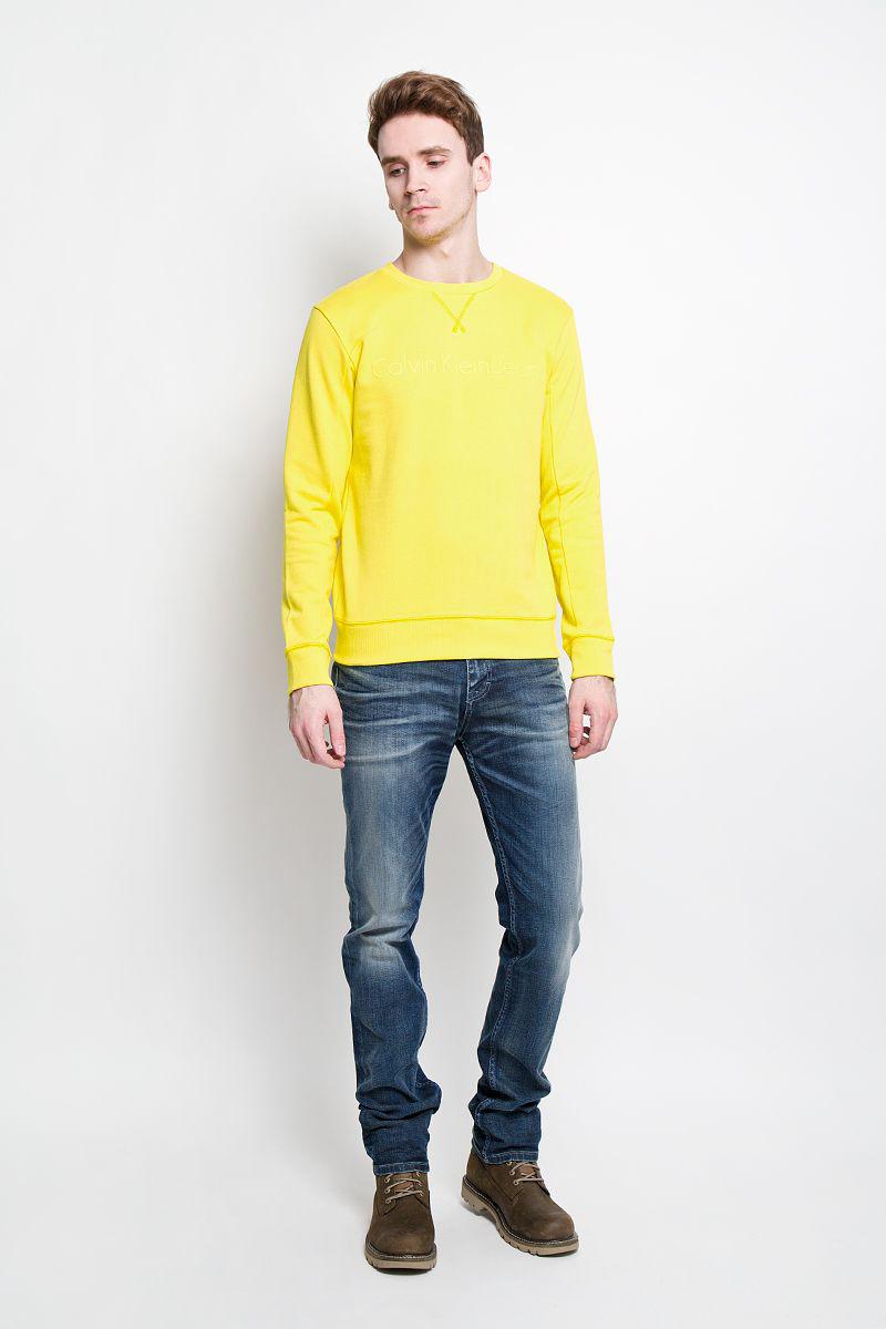 Джинсы мужские Calvin Klein Jeans, цвет: синий. J3IJ303478. Размер 32-32 (48/50-32)1033761.02.12Стильные мужские джинсы Calvin Klein - джинсы высочайшего качества на каждый день. Модель прямого кроя и средней посадки изготовлена из высококачественного материала. Изделие оформлено тертым эффектом и перманентными складками. Застегиваются джинсы на пуговицу в поясе и ширинку на застежке-молнии, имеются шлевки для ремня. Спереди модель оформлены двумя втачными карманами и одним небольшим секретным кармашком, а сзади - двумя накладными карманами.Эти модные и в тоже время комфортные джинсы послужат отличным дополнением к вашему гардеробу. В них вы всегда будете чувствовать себя уютно и комфортно.