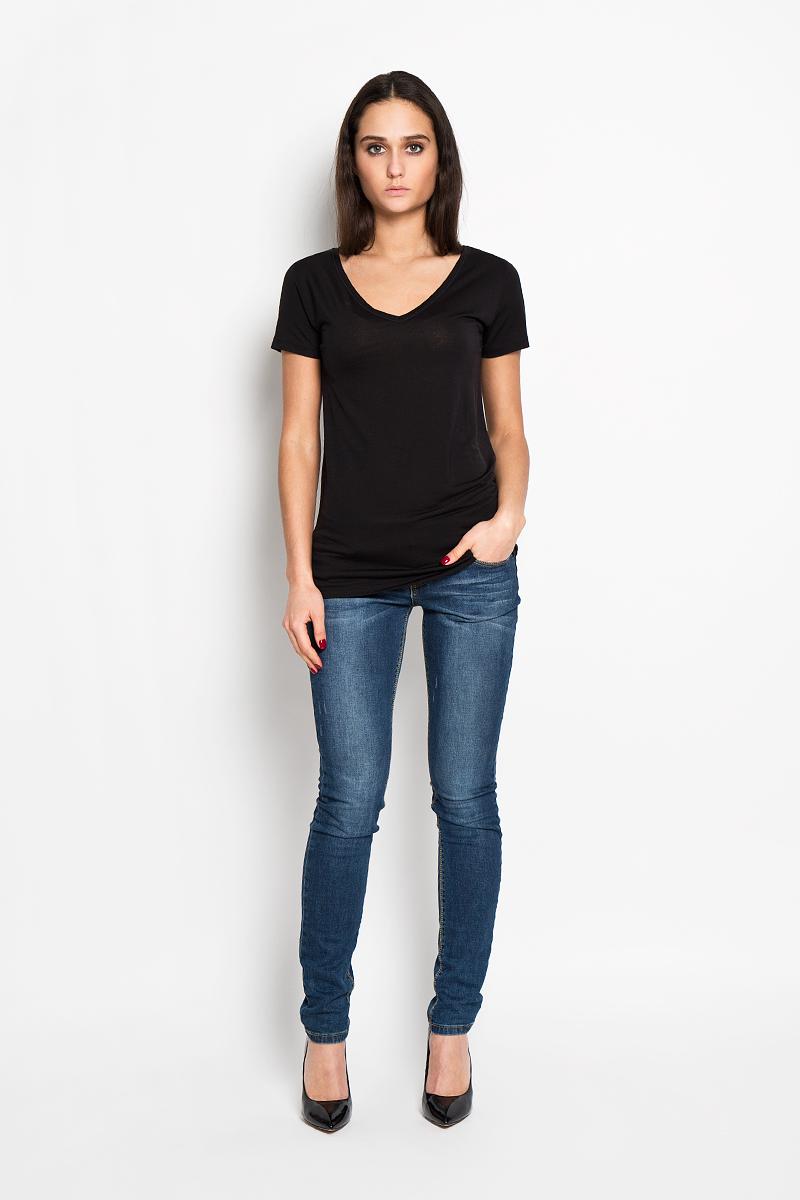 Футболка женская Calvin Klein Jeans, цвет: черный. J2EJ203370. Размер M (44/46)J2EJ203370Стильная женская футболка Calvin Klein Jeans приятная на ощупь не сковывает движения и позволяет коже дышать. Модель с V-образным вырезом горловины и короткими рукавами спереди оформлена изображением логотипа бренда.Эта футболка станет отличным дополнением к вашему гардеробу.