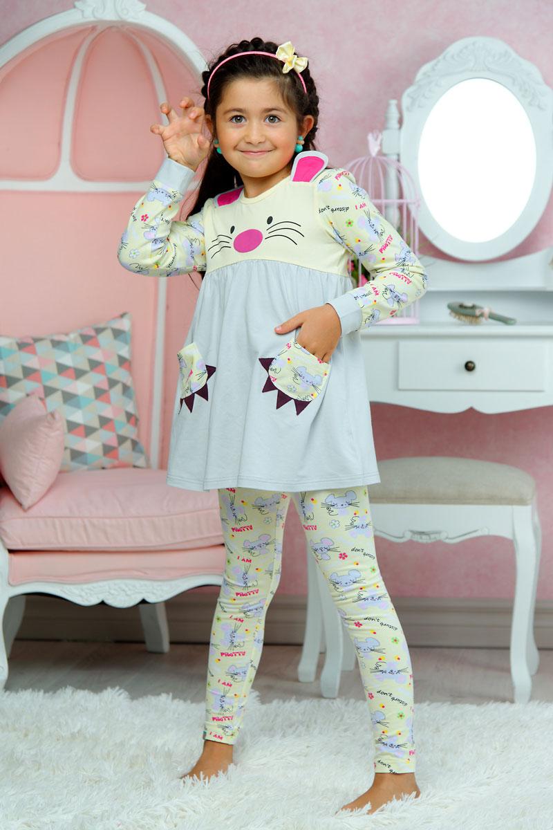 Пижама для девочки KitFox, цвет: ванильный, серый. AW15-UAT-GST-154. Размер 92/98AW15-UAT-GST-154Пижама для девочки KitFox, состоящая из футболки с длинным рукавом и брюк, идеально подойдет вашему ребенку. Пижама выполнена из хлопка c добавлением эластана, она очень мягкая и приятная на ощупь, не сковывает движения и позволяет коже дышать, не раздражает даже самую нежную и чувствительную кожу ребенка, обеспечивая ему наибольший комфорт. Футболка с длинными рукавами и круглым вырезом горловины оформлена оригинальным принтом и дополнена двумя нашивными карманами. Вырез горловины и манжеты на рукавах дополнены трикотажными эластичными резинками.Брюки на талии имеют эластичную резинку, благодаря чему они не сдавливают животик ребенка и не сползают.Пижама станет отличным дополнением к детскому гардеробу. В ней ваш ребенок будет чувствовать себя комфортно и уютно во время сна.
