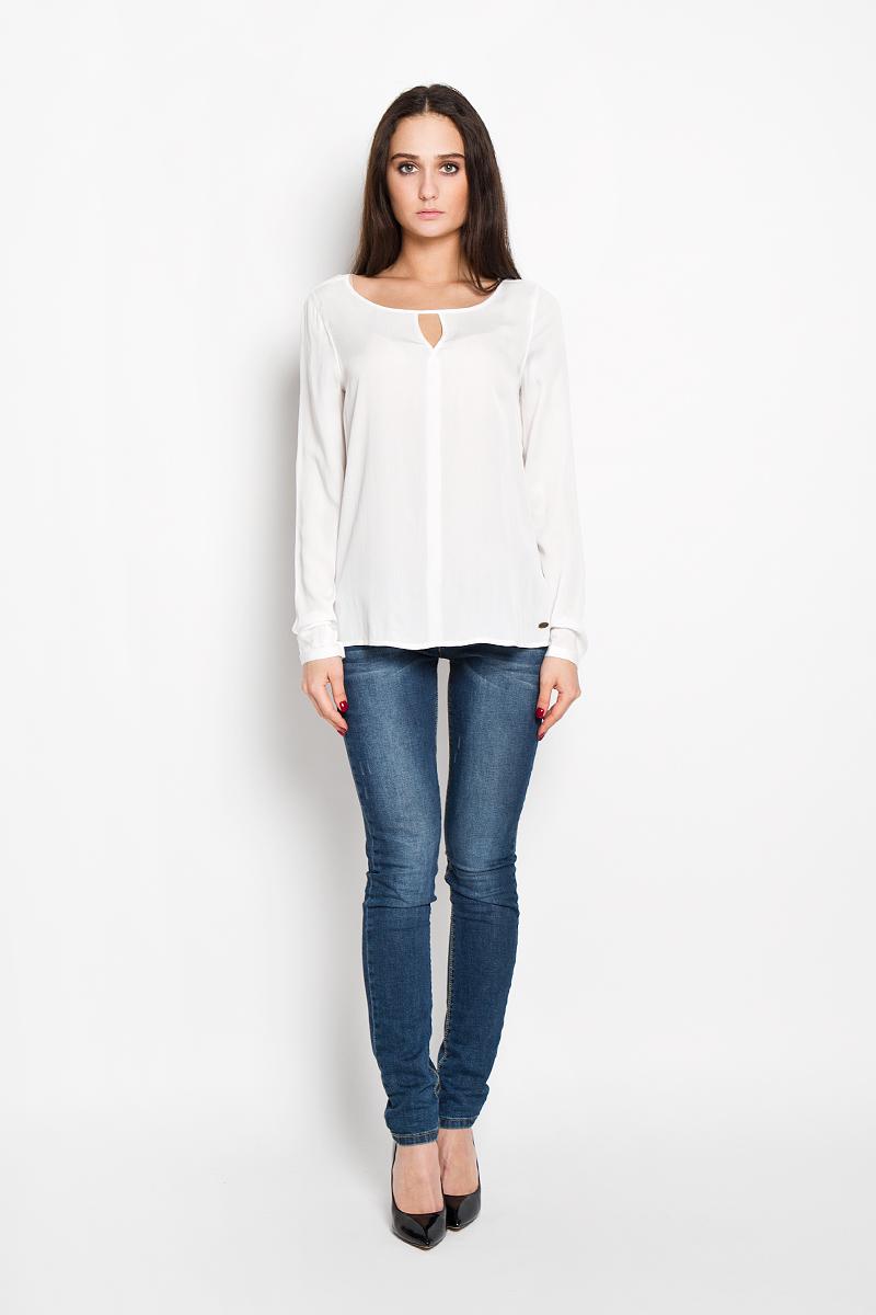 Блузка женская Tom Tailor Denim, цвет: молочный. 2031058.00.71. Размер M (46)2031058.00.71Стильная женская блуза Tom Tailor Denim выполнена из легкой ткани, мягкой и приятной на ощупь. Модель подчеркнет ваш стиль и поможет создать оригинальный женственный образ.Блузка немного расклешенная к низу, с длинными рукавами и круглым вырезом горловины. Рукава модели имеют узкий манжет, застёгивающийся на пуговицу. Горловина украшена оригинальным вырезом в виде V-образной капельки. Спинка имеет актуальное удлинение. Блузка спереди в нижней части декорирована металлической пластиной с логотипом бренда Denim. Такая блузка будет дарить вам комфорт в течение всего дня и послужит замечательным дополнением к вашему гардеробу.