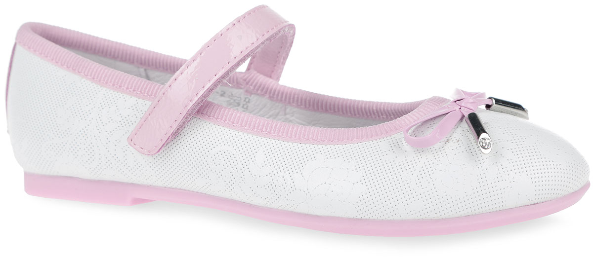 Туфли для девочки Kapika, цвет: белый, светло-розовый. 23295-2. Размер 3723295-2Очаровательные туфли от Kapika заинтересуют вашу юную модницу с первого взгляда. Модель выполнена из натуральной кожи с декоративным тиснением и оформлена текстильным кантом. Мыс туфель украшен декоративным бантиком. Внутренняя поверхность из натуральной кожи. Модель фиксируется на ноге с помощью удобного ремешка с застежкой-липучкой. Стелька из натуральной кожи дополнена супинатором с перфорацией, который обеспечивает правильное положение ноги ребенка при ходьбе и предотвращает плоскостопие. Анатомическая стелька обеспечивает воздухопроницаемость, отличную амортизацию, сохранение комфортного микроклимата обуви, эффективное поглощение влаги и неприятных запахов. Рифленая поверхность подошвы, выполненной из ТЭП-материала, гарантирует отличноесцепление с любыми поверхностями.Удобные туфли - незаменимая вещь в гардеробе каждой девочки.