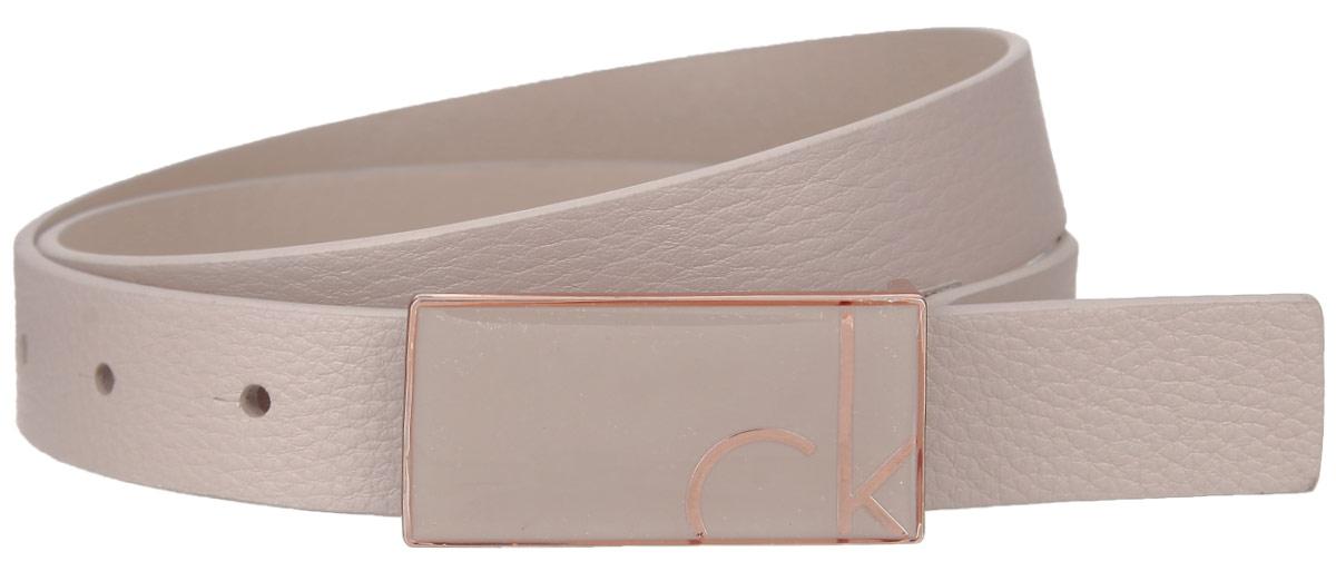 Ремень женский Calvin Klein, цвет: бежевый. K60K601043. Размер 8545100772/18822/3529AЭффектный женский ремень Calvin Klein станет великолепным дополнением к любому образу. Узкий ремень изготовлен из натуральной кожи. Небольшая прямоугольная пряжка с крючком выполнена из блестящего металла, она позволит вам легко и быстро зафиксировать ремень и отрегулировать его длину. Элегантный ремень превосходно сочетается с любыми нарядами. Этот стильный аксессуар прекрасно дополнит ваш образ и позволит вам подчеркнуть свой вкус и индивидуальность.Уважаемые клиенты! Обращаем ваше внимание на тот факт, что размер ремня, доступный для заказа, является его длиной.