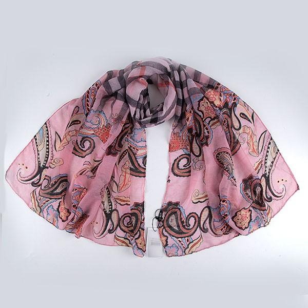 Шарф женский Fabretti, цвет: светло-розовый. JH191-6. Размер 180 см х 90 смJH191-6Модный женский шарф Fabretti подарит вам уют и станет стильным аксессуаром, который призван подчеркнуть вашу индивидуальность и женственность. Тонкий шарф выполнен из высококачественной 100% вискозы, он невероятно мягкий и приятный на ощупь. Шарф оформлен принтом с изображением оригинальных этнических орнаментов.Этот модный аксессуар гармонично дополнит образ современной женщины, следящей за своим имиджем и стремящейся всегда оставаться стильной и элегантной. Такой шарф украсит любой наряд и согреет вас в непогоду, с ним вы всегда будете выглядеть изысканно и оригинально.