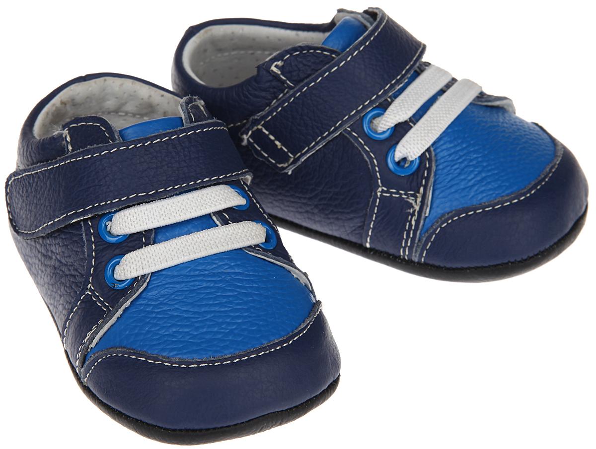 Пинетки для мальчика Hudson Baby Сникерсы, цвет: синий, черный. 54028. Размер 0/6 месяцев54028Пинетки для мальчика Hudson Baby Сникерсы станут отличным дополнением к гардеробу малыша. Изделие выполнено из натуральной кожи.Пинетки стилизованы под легкие кроссовки-сникерсы с декоративными шнурками-резинками и удобным хлястиком на застежке-липучке, которые позволяют быстро надевать и надежно фиксировать обувь на ножке малыша. Нескользящая подошва обеспечит безопасность при ходьбе. Изделие оформлено контрастной прострочкой. Мягкие, не сдавливающие ножку материалы делают модель практичной, комфортной и популярной. Такие пинетки - отличное решение для малышей и их родителей!Пинетки упакованы в коробку, идеальны для подарка.